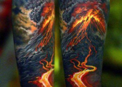 Тату на предплечье вулкан и лава