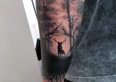 Тату на предплечье олень в лесу