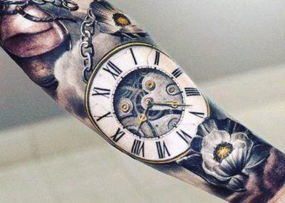 Тату на предплечье часы реализм