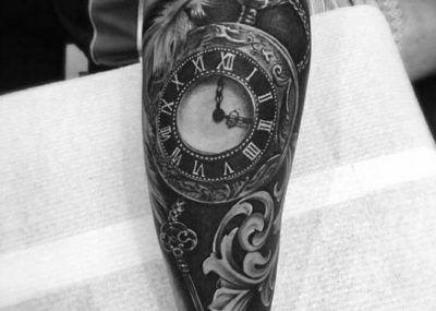 Тату на предплечье часы