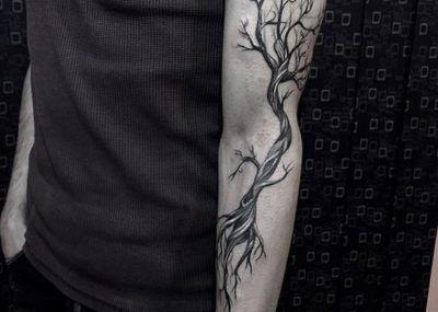 Тату на предплечье дерево с корнями