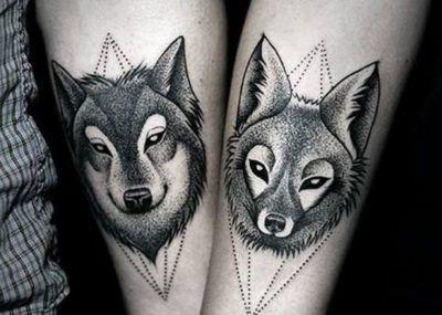 Тату на предплечье волки