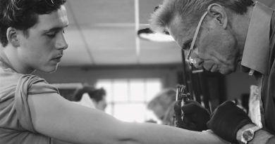 сын Дэвида Бекхэма на сеансе татуировки