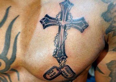 тату крест на груди