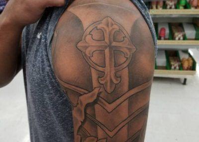 тату крест реализм на плече