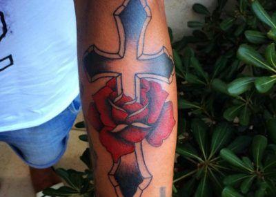 тату роза и крест