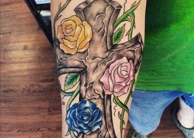 тату крест и цветы
