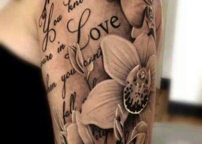 тату с лилиями на плече