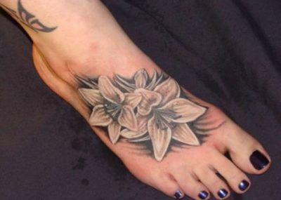тату с лилиями на ноге