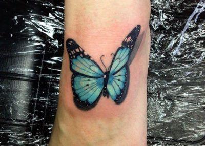 Тату минимализм бабочка на ноге