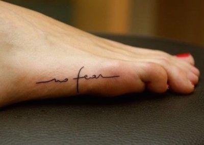 Тату минимализм надпись на ноге
