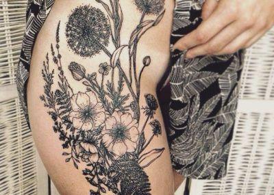 тату на бедре цветы