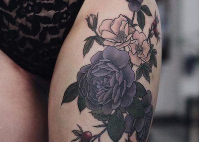 тату на бедре черные цветы
