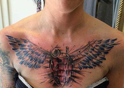 тату на груди для девушек крылья