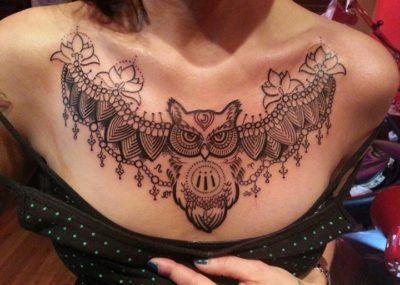 тату на груди для девушек сова