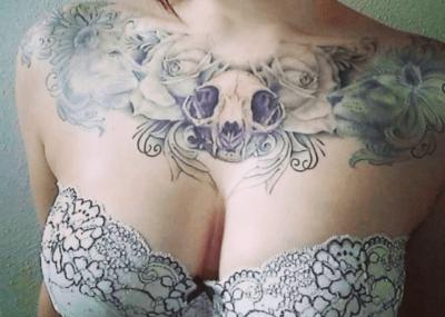 тату на груди для девушек череп