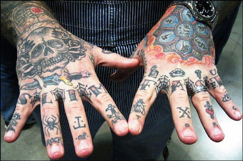 Тату фото мужские на пальцах рук в руки