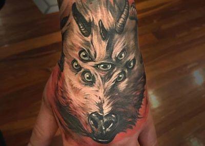 тату на ладони волк и глаза