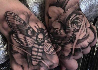 тату на ладони бабочки цветы