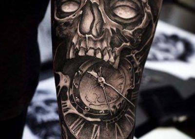 тату на руке череп и часы