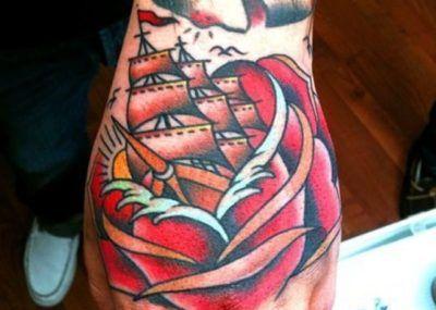 тату на ладони корабль внутри розы