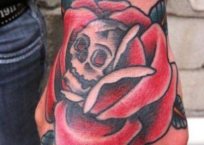 тату роза на ладони