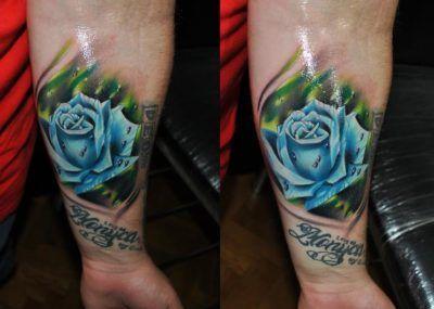 тату роза на руке