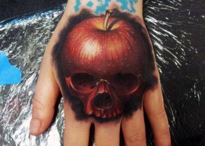 тату череп яблоко