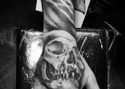 тату череп на руке и ладони