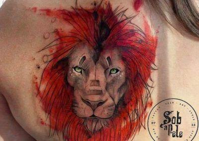 Тату лев на плече