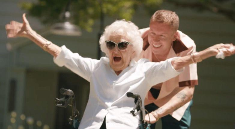 Рэпер Маклемор сделал тату в день 100-летия своей бабушки