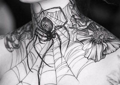 Тату на шее мужчины паутина с пауком