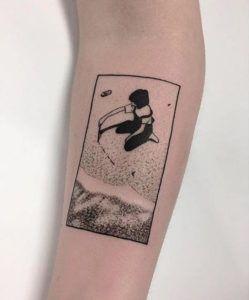 Девочка, играющая на татуировке на пляже