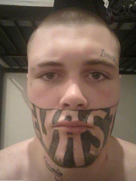 Парень с татуировкой на лице не может найти работу