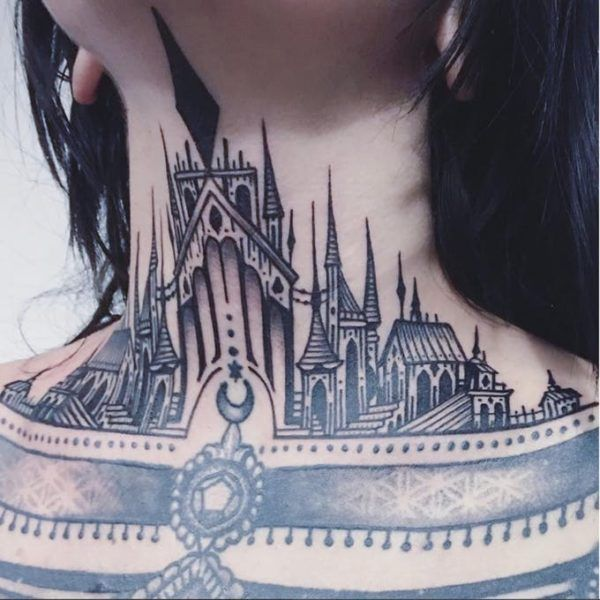 Готические замки в татуировках на шее Фото