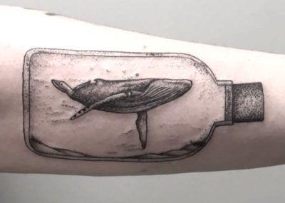 черное тату кита бицепсе