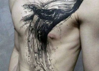 черное тату кита грудь