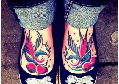 тату ласточка на ногах
