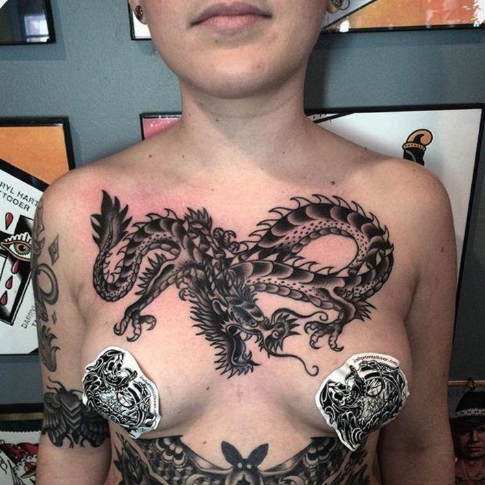 Dragon on tattoo foto
