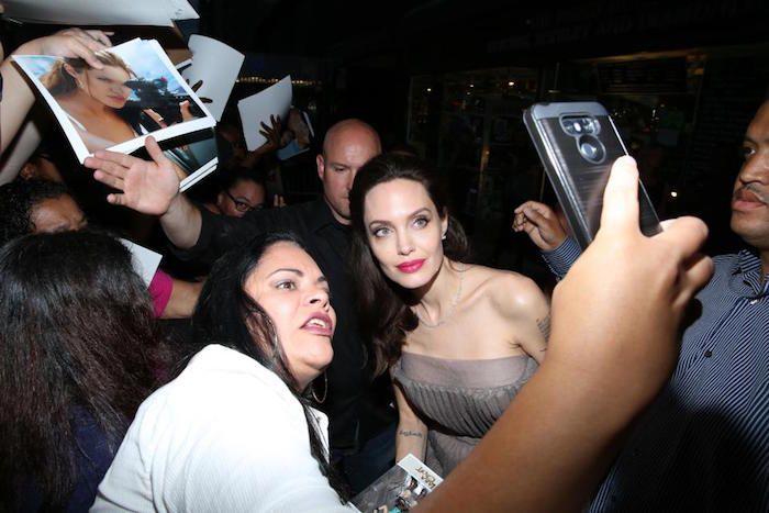 Анджелина Джоли показала татуировку на спине