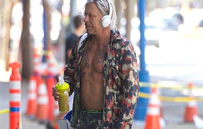 Микки Рурк выгуливает татуировки в Беверли-Хиллз