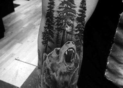 тату медведь в лесу