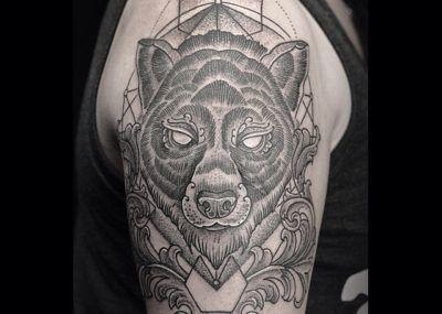 тату медведь черный на плече