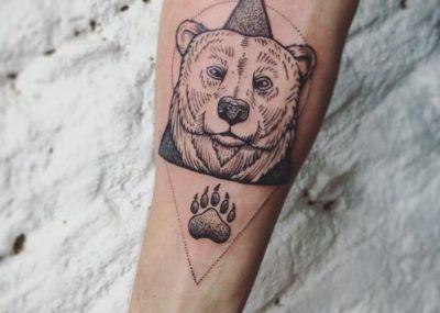 тату медведь на руке