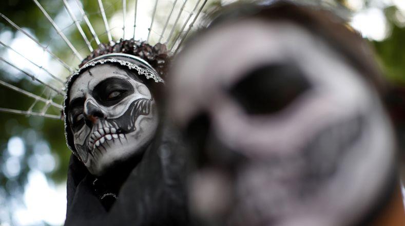 В «Dia de los Muertos» мексиканцы отмечают своих предков и празднуют настоящий народный фестиваль по всей стране в этот особый день