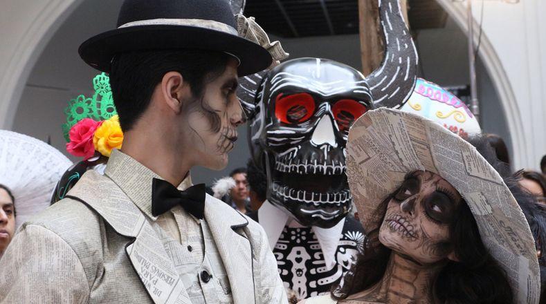 «Катрина» в преддверии «Dia de los Muertos», «Дня мертвых», участники бросаются в красочные костюмы скелета