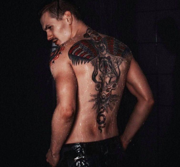 ДимаБончинче делал татуировку в несколько этапов у белорусского тату-мастера Егора Орлова.