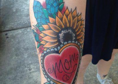 Подсолнух и сердечко. Тату цветы, сердце и надпись, татуировка о любви к маме фото