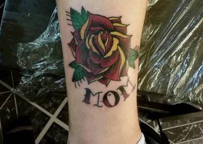 Тату цветы, розы и надпись, татуировка о любви к маме фото