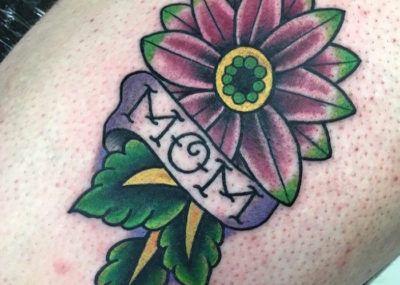 Фиалка Mom, Тату цветы, сердце и надпись, татуировка о любви к маме фото
